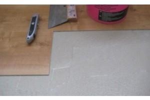 Почему клеевая ПВХ плитка лучше?
